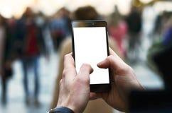 Fotoet av en man` s räcker innehavtelefonen med den tomma skärmen och blurr Royaltyfri Foto