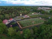 Fotoet av en skola med berg och solnedg?ng i bakgrunden arkivbild
