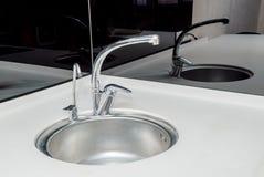 Fotoet av en vask i ett badrum fotografering för bildbyråer