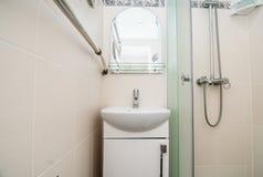 Fotoet av en vask i ett badrum arkivfoto