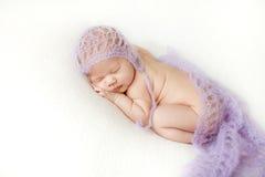 Fotoet av ett nyfött behandla som ett barn krullat sova upp på en filt royaltyfri bild