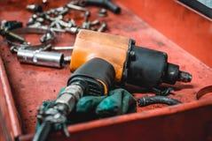 Fotoet av ett pneumatiskt hjälpmedel för bilreparationer royaltyfri fotografi