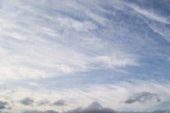 Fotoet av härlig blå himmel och grå färger fördunklar i aftonen Arkivfoton