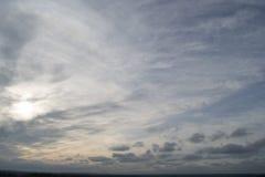 Fotoet av härlig blå himmel och grå färger fördunklar i aftonen Royaltyfria Bilder