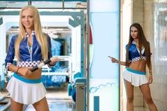 Fotoet av nätta modeller annonserar ny biltvätt Royaltyfria Foton