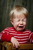 Fotoet av nio månad behandla som ett barn gråt Arkivfoton