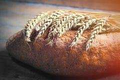 Fotoet av smakligt nytt släntrar av bröd och filial av vete på woen Arkivbild