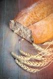 Fotoet av smakligt nytt släntrar av bröd och filial av vete på woen Royaltyfri Bild