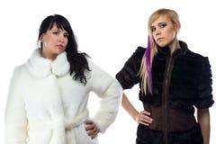 Fotoet av två kvinnor fejkar in pälslag Royaltyfri Foto