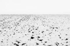 Fotoet av vintern plogade fältet som täcktes av snö Arkivbilder