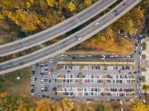 Fotoet för den bästa sikten av parkeringsplatsen nära bron av vägföreningspunkten och staden parkerar taget av surret royaltyfria bilder