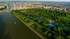 Fotoet för den flyg- sikten av den London floden och Battersea parkerar Chelsea Bridge Arkivbild