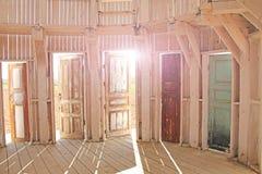 Fotoet gjorde sommar Många öppna dörrar i konsten parkerar Nikola-Lenive Arkivbild
