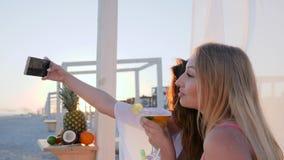 Fotoet på mobiltelefonen från semester, flickvänner skjuter selfies, det videopd loppet på havskust i panelljus lager videofilmer