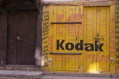 Fotoet shoppar med den gula Kodak filmen och den röda annonseringen som målas på dess fasad, Nepal royaltyfri bild