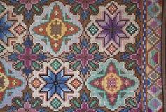Fotoet ytbehandlar handgjord härlig matta Bulgariskt kors för broderi royaltyfri fotografi