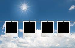 Fotofelder über blauem Himmel mit Wolken und Sonne Stockbild