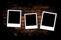 Fotofelder auf Backsteinmauer Stockbilder