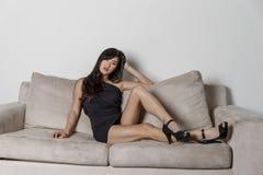 Asiatisk kvinna på en soffa fotografering för bildbyråer