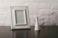 Fotoframe e vaso dell'annata Fotografia Stock Libera da Diritti