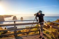 Fotograaf aan de Twaalf Apostelen bij zonsondergang royalty-vrije stock afbeeldingen