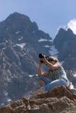 Fotograaf in berg royalty-vrije stock fotografie