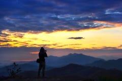 Fotograaf bij berglandschap Royalty-vrije Stock Afbeeldingen