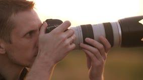 Fotograaf bij Zonsondergang stock video