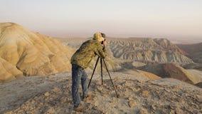Fotograaf in de woestijn stock video