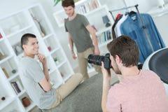 Fotograaf die beeld twee nemen jonge modellen royalty-vrije stock afbeeldingen