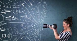 Fotograaf die beelden schieten terwijl energieke hand getrokken lijnen Stock Foto