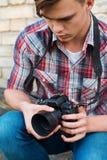 Fotograaf die camera onderzoeken Stock Fotografie