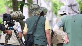 Fotograaf die de aard in Daan Forest Park van Taiwan fotograferen stock footage