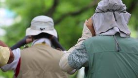 Fotograaf die de aard in Daan Forest Park van Taiwan fotograferen stock videobeelden