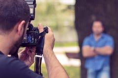 Fotograaf die een beeld van een mens nemen Royalty-vrije Stock Fotografie