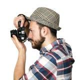 Fotograaf die foto met retro camera nemen die op wit wordt geïsoleerd royalty-vrije stock foto