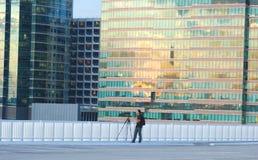 Fotograaf die foto's op Zonsonderganggloed nemen stock foto