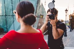 Fotograaf die foto's van mooi model, coulisse nemen van manier photoshoot, nemend headshot en portretten stock afbeelding
