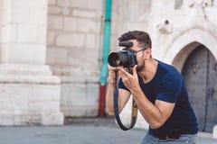 Fotograaf die foto's van mooi model, coulisse nemen van photoshoot, headshot en portretten die nemen stock foto's