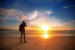 Fotograaf die foto van mooie zonsondergang nemen Stock Foto