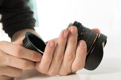 Fotograaf die lens controleren Stock Foto's