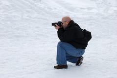 Fotograaf die in Sneeuw ontspruit Royalty-vrije Stock Fotografie