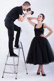 Fotograaf die zich op de ladder bevinden en een foto nemen royalty-vrije stock afbeelding