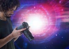 Fotograaf die zijn camera met lichten op achtergrond bekijken vector illustratie