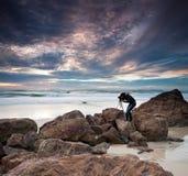 Fotograaf door de oceaan stock foto's