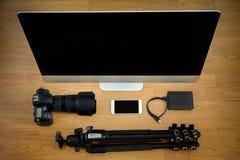 Fotograaf en bureauscène met apparaten Stock Afbeelding