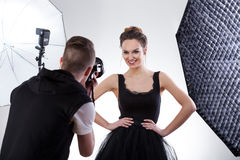 Fotograaf en model die samenwerken Royalty-vrije Stock Foto's