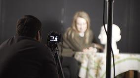 Fotograaf en modelmeisje stock video