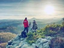 Fotograaf en vrouw die met camera op driepoot fotograferen stock afbeeldingen