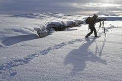 Fotograaf en zijn schaduw op de sneeuw Royalty-vrije Stock Afbeeldingen
